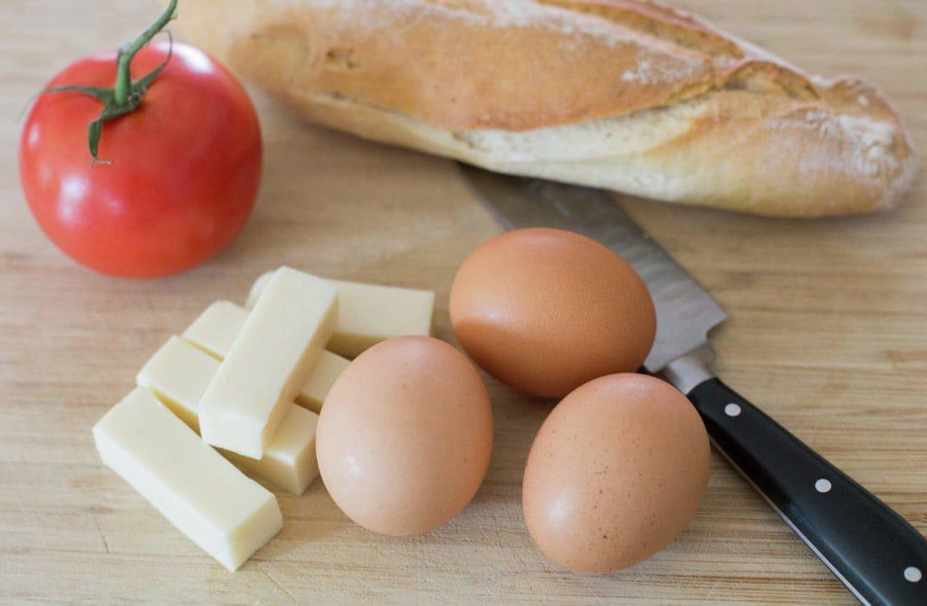 huevos-revueltos-tomate-queso
