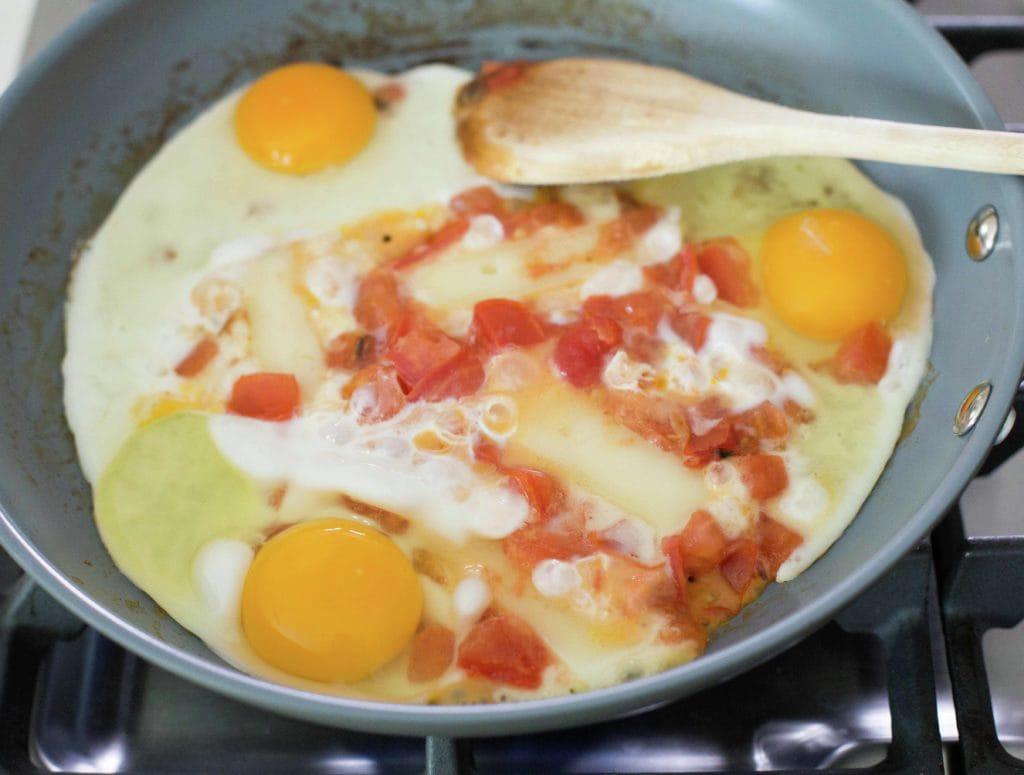 huevos-revueltos-tomate-queso-5