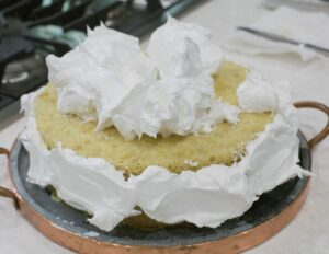 Cake cover with meringue